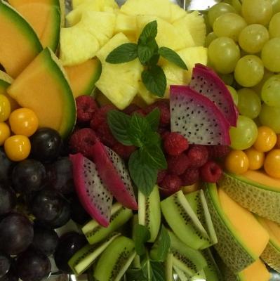 Obstplatte mit exotischen Früchten